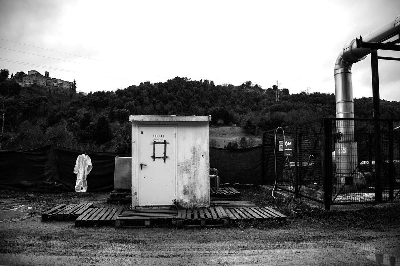 Azbesztmentesítést végző cég telephelye Pisában. Az azbesztmentesítést többnyire szerződéses magáncégekre bízzák, amik gyakran afrikai bevándórlókat vesznek fel a veszélyes munka elvégzésére. A nem túl szigorúan ellenőrzött tevékenységet gyakran kellő helyszíni biztosítás és védőfelszerelések nélkül végzik.
