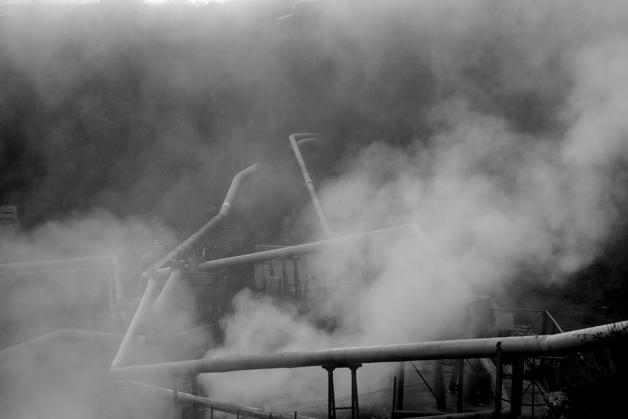 Állami geotermikus erőmű csövei Olaszország közép-nyugati vidékén. Az ehhez hasonló tiszta energiaforrások elterjedőben vannak ugyan Olaszországban is, de sok helyütt hatalmas károkat okoztak az elmúlt évtizedekben az ipari létesítmények, és a lakosság egészségére gyakorolt hatásuk máig beláthatatlan.