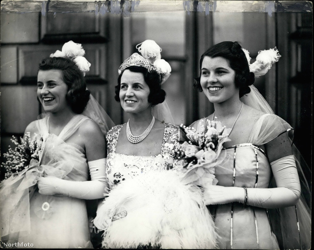 Rosemary (jobbra) az édesanyjával (középen) és húgával Kathleennel (balra) brit királyi udvarba indulnak.