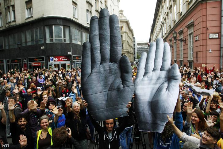 A kormány civil szervezetekkel kapcsolatos politikája és a Norvég Civil Támogatási Alapot koordináló civil szervezetekkel szembeni rendőri fellépés elleni tiltakozók Budapesten a Városház téren 2014. szeptember 13-án.