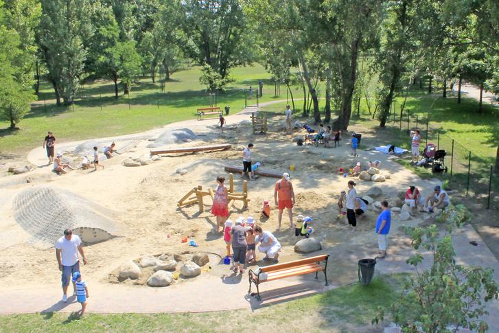 A Szilas Parkban már eddig is sok fejlesztés történt, ez itt épp a két éve elkészült játszótér részlete