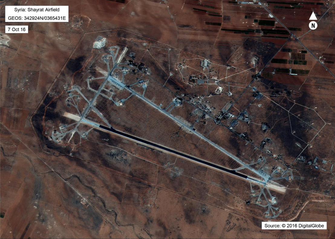 Az éjszaka bombázott szíriai légibázis műholdas képe 2016-ból.