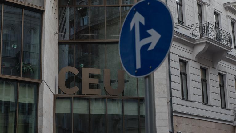 A CEU is leáll a menekülteknek szánt programjaival a különadó miatt