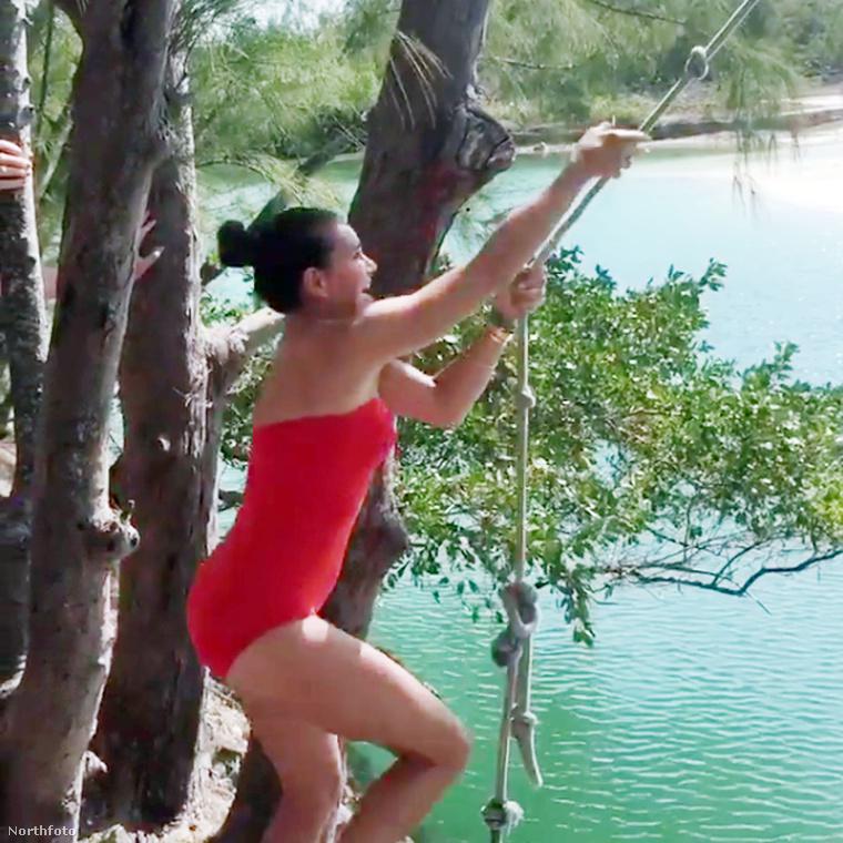 Nyaralása közben még arra is szakított időt, hogy kipróbálja, hogy milyen a vízbe ugrás kötélhintával, Tarzan módra - az erről készült videót itt tudja megnézni!
