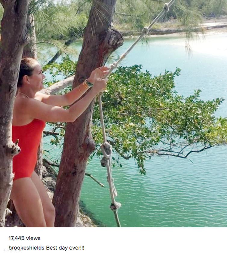 Az 51 éves színésznő mindig effektek és filterek nélkül osztja meg fotóit, és büszke is lehet a bikinis képeire.