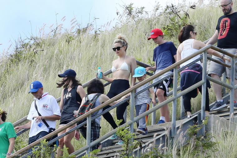 A Majdnem híres főszerepével világhírűvé vált Kate Hudson nemrég a gyerekeivel elutazott Hawaii szigetére, és ottmeg is mutatta bikini felsőjét.