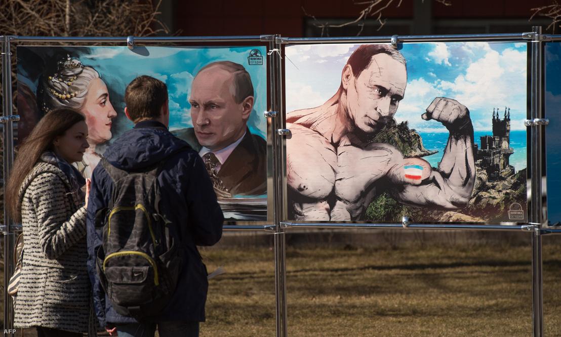 Putyint ábrázoló utcai kiállítás Moszkvában, Krím elcsatolásának első évfordulóján.