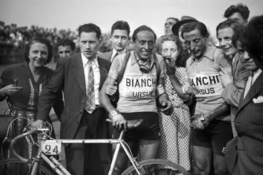 Serse és Fausto Coppi az 1949-es versenyen. Serse eredetileg második lett, de egy óvás után végül belőe is elsőt csináltak hónapokkal később. A célvonalon először áthajtó André Mahé is megtarthatta a győzelmét