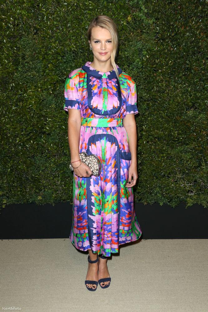 Kelly Sawyer modell egy elképesztően látványos ruhát választott merész színekkel és olyan mintákkal, amikben könnyen elveszik az ember tekintete