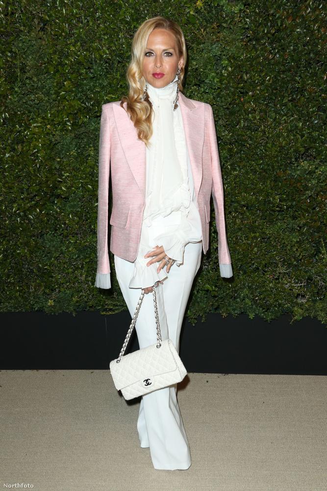 Rachel Zoe divattervező/stylist egy elképesztően csinos, rózsaszín zakót vett rá egy egyébként csupafehér szettre