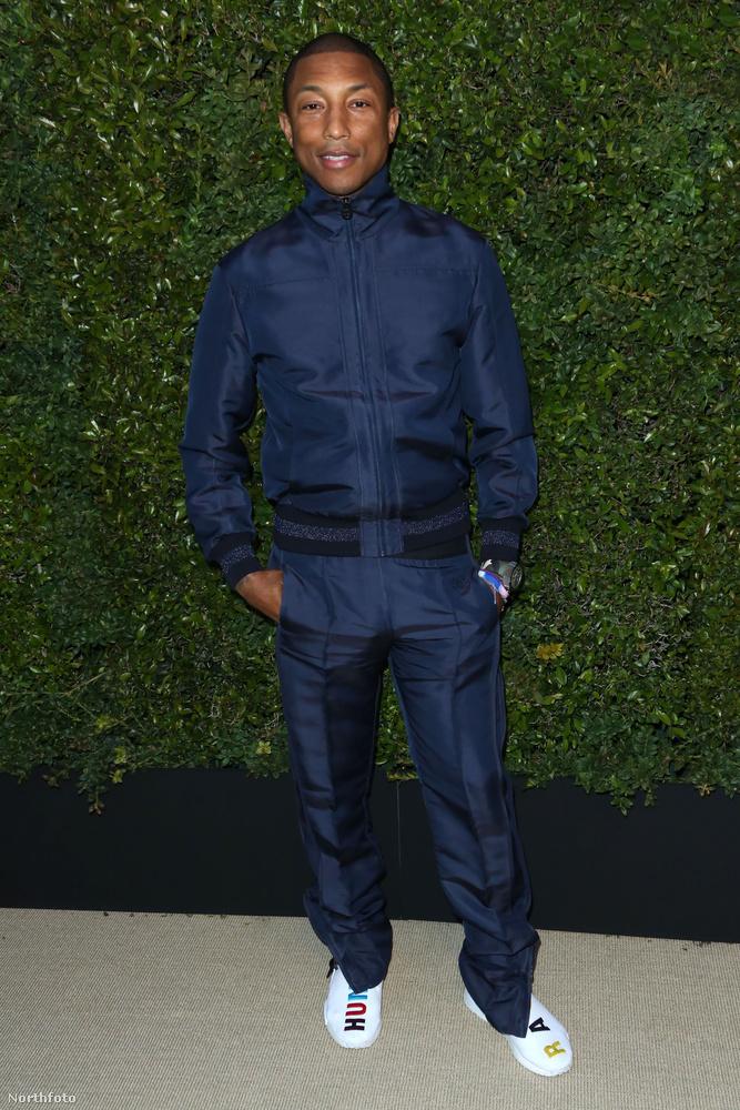 Pharrell Williams általában sportosan öltözik, de most megpróbált a lehetőségekhez képest elegáns lenni: a selyemfénnyel csillogó tréningnadrágja élére van vasalva például.