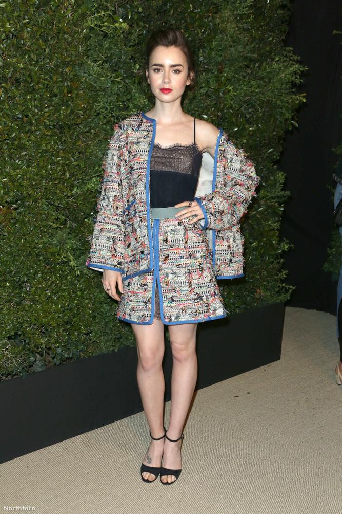Lily Collins is magával ragadó ebben a kosztümben, amitől elegáns és különleges egyszerre, a sminkje egyszerű, mégis drámaian hatásos.Na de...