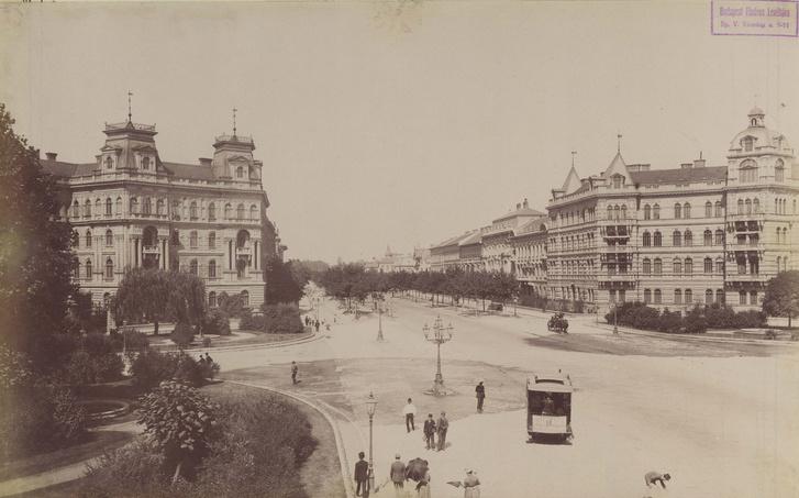 Andrássy út és a Kodály körönd (Körönd) a Városliget felé nézve. Jobb oldalon az Andrássy-udvar. A felvétel az 1890-es évek elején készült