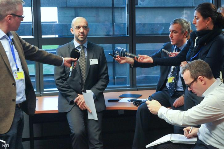Kovács Zoltán magyar kormányzati kommunikációért felelős államtitkár (k) külföldi újságíróknak nyilatkozik az EU-biztosok testületének strasbourgi ülése után. 2012. január 17-én.