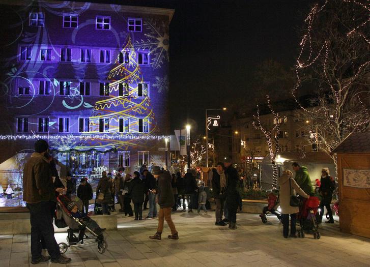Adventi vásár az első ütemben átadott Városháza téren