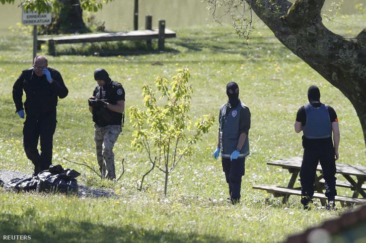 Francia rendőrök az ETA egyik fegyverraktáránál, Saint-Pee-sur-Nivelle-ben, Bayonne közelében