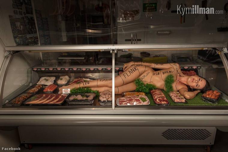 A végére hagytuk a hét legbizarrabb képét! Az ausztrál kisváros, Lancelin mészárosa, jó marketingfogásnak vélte, ha a rusztikus steakek és márványos bárányfartők közé egy  modellt is elhelyez.