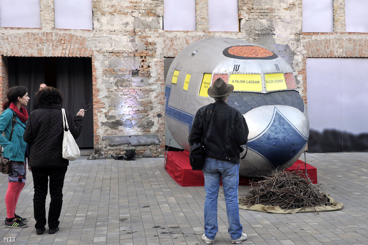 feLugossy László Elszálló pálya címû installációja a Levitáció kiállításon a szentendrei MûvészetMalom udvarán
