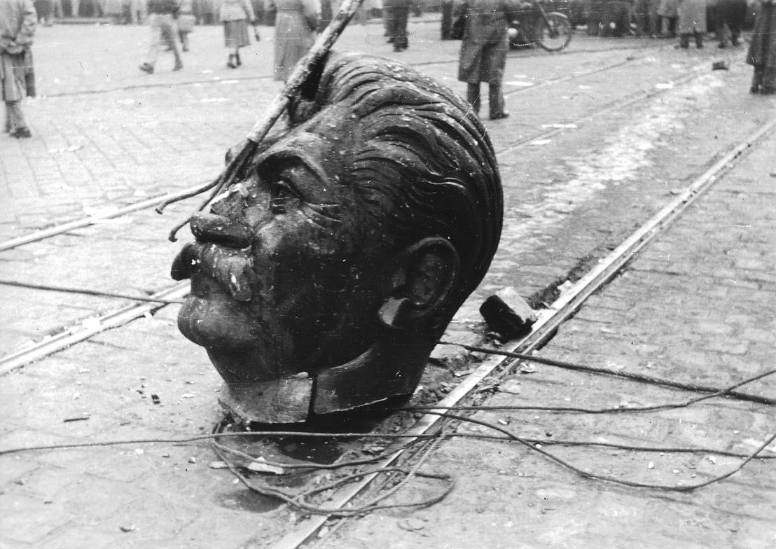 (1956.) Nagykörút - Rákóczi út kereszteződése, a Sztálin-szobor darabolása.