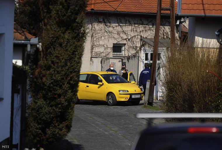 Fia találta meg anyja holttestét a szentderei házban.