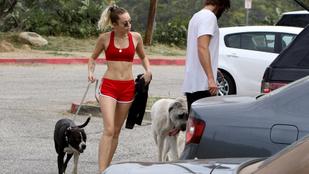 Miley Cyrus különféle emberekkel sétáltat kutyát, és közben nagyon szexi