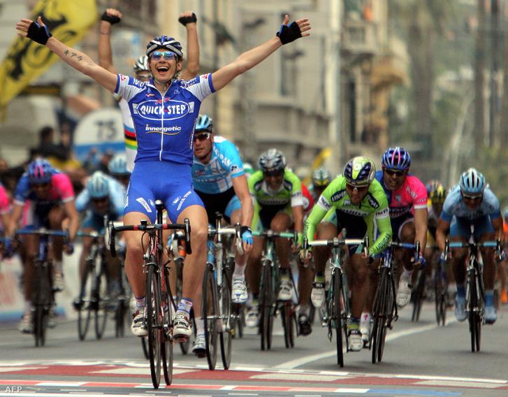 Filippo Pozzato a 2006-os Milano-San Remo befutóján, mögötte Boonen ökle is a magasba lendül