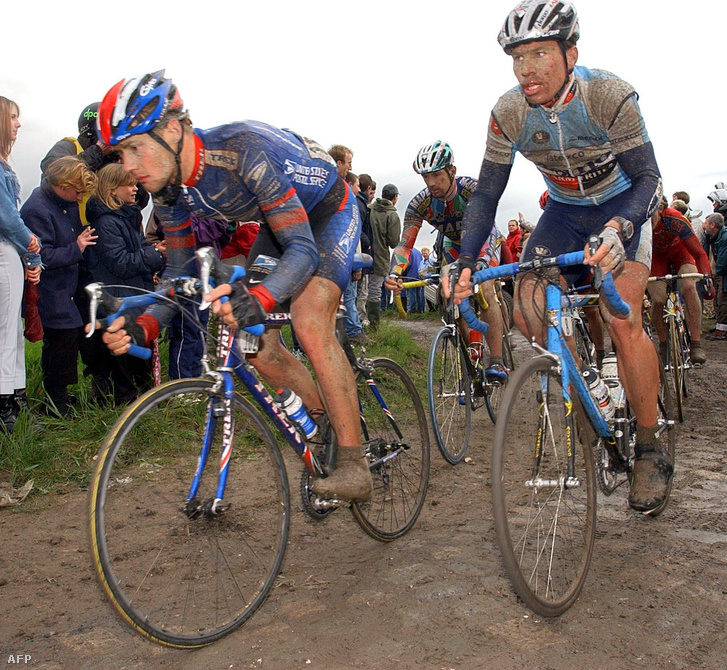 Tom Boonen és Max Van Heeswijk 2002-ben a Paris-Roubaix-n, mögöttük Bodrogi László teker