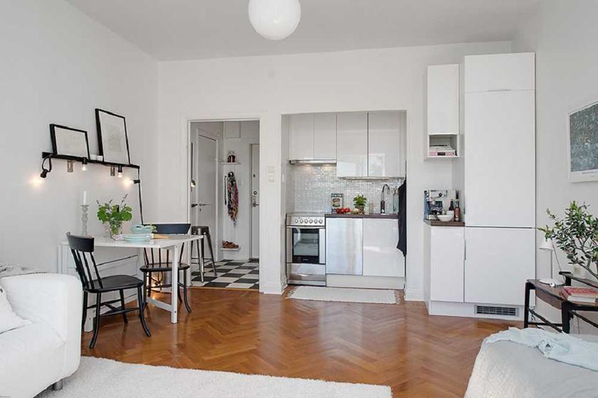 A fürdőt és a mosdót lakótértől leválasztó falának minden centimétere maximálisan ki van használva. A kicsiny konyhapult mellett vékony tárolószekrények kaptak helyet.