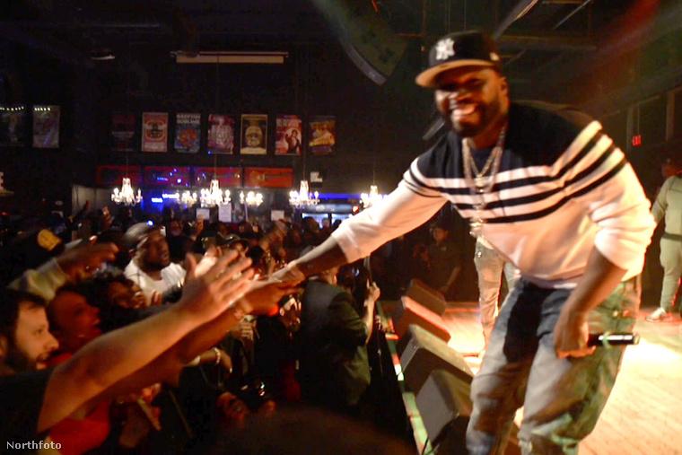 Nézze csak meg jól, ilyen egy kiegyensúlyozott lelkületű rapper, amikor koncertet ad és rajong érte a közönség