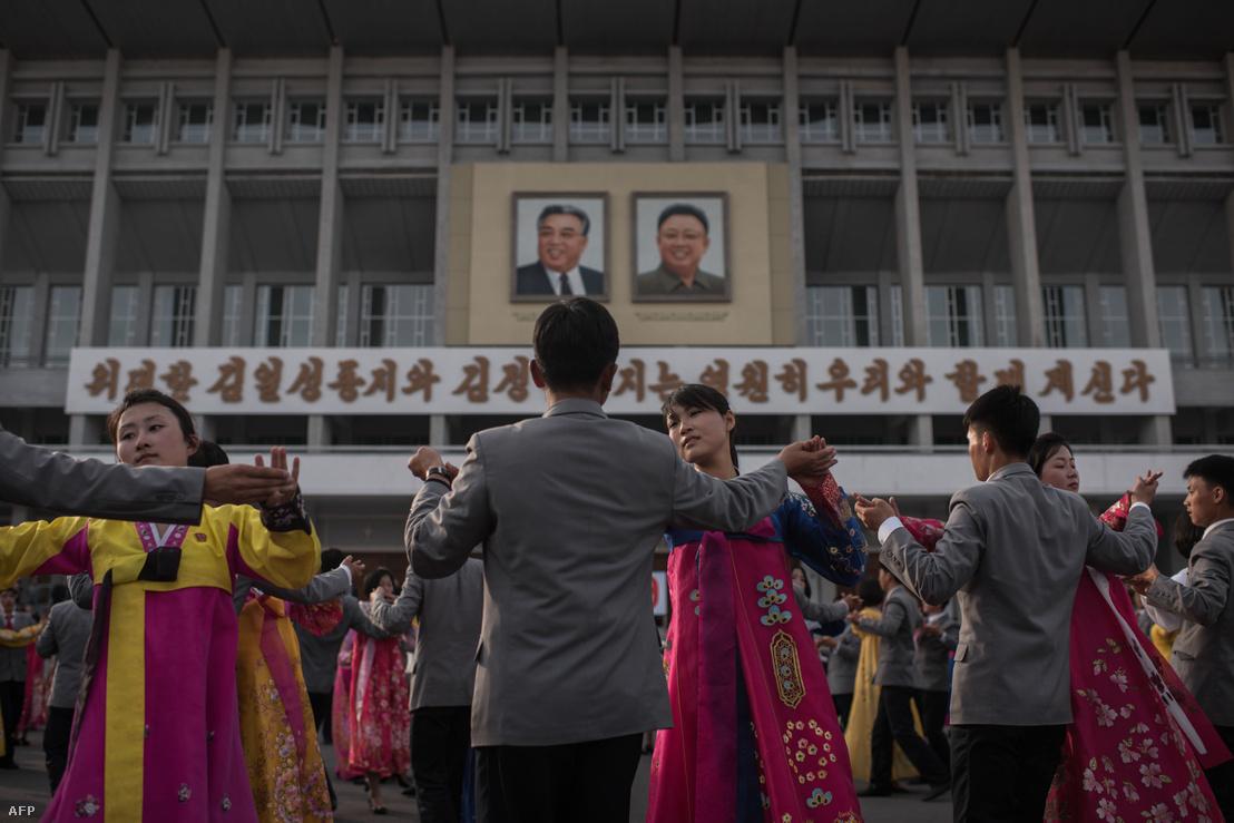 Központilag szervezett táncmulatság Phenjanban, a hétvégéi maratonfutás tiszteletére, április 9-én.