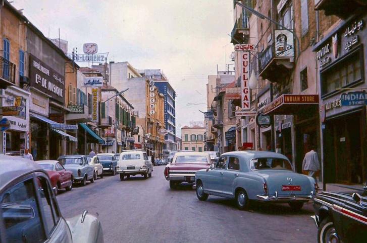 Itt is egy bejrúti utcakép, még nincs szétlőve semmi, állat nem?
