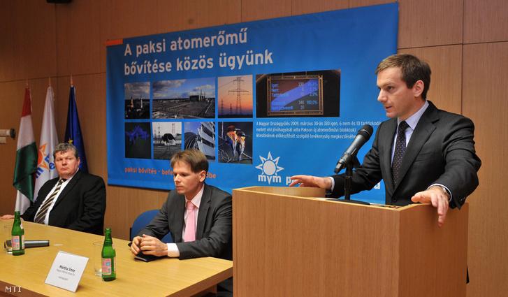 2010. február 26. Bajnai Gordon miniszterelnök (j) sajtótájékoztatót tart a Paksi Atomerőmű jövőjét érintő tervekről az erőmű látogatói központjában. Mellette: Süli János (b) az erőmű vezérigazgatója és Mártha Imre a Magyar Villamos Művek Zrt. vezérigazgatója.
