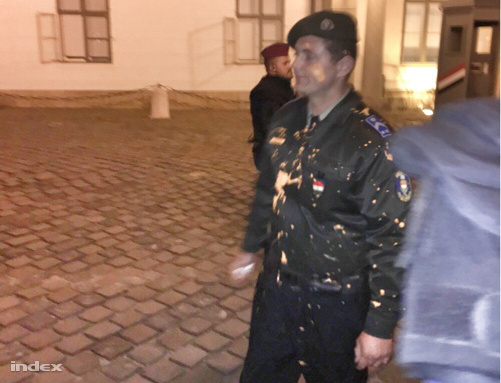 Narancssárga festék az egyik rendőr kabátján a Sándor Palota előtti demonstráción.