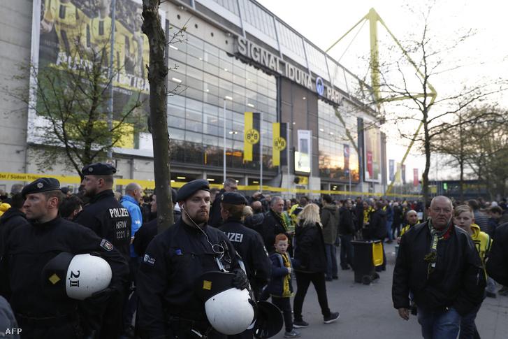 Rendőrök a Borussia Dortmund stadionja előtt