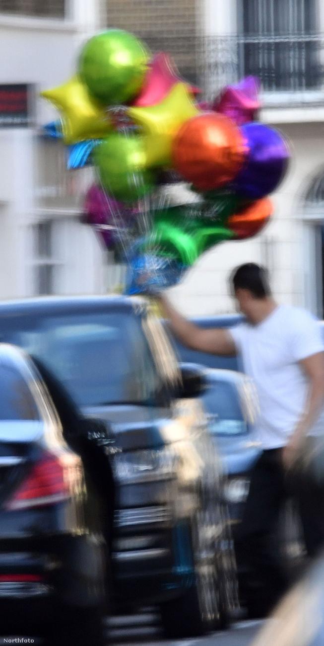 A napokban az énekesnő férjét rajtakapták Londonban, ahogy láthatóan igyekszik elhalmozni játékokkal a fiát.A kép sajnos kicsit életlen, de az jól látszik, hogy rengeteg lufival érkezik Wissam Al Mana.