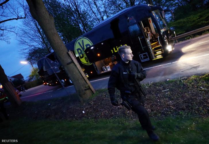 Rendőr helyszínel a Borussia Dortmund csapatának buszánál a robbantások után