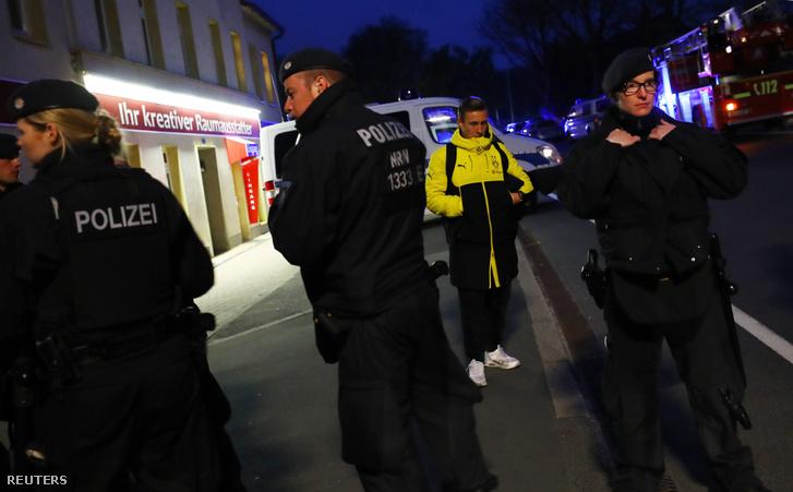 Felix Passlack a Borussia egyik játékosa rendőrök között a robbantásokat követően