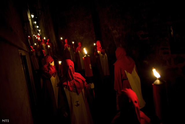 A Cristo de los Angeles (Krisztus angyalai) testvériség csuklyás vezeklői nagyheti fáklyás körmeneten vesznek részt a közép-spanyolországi Toledóban