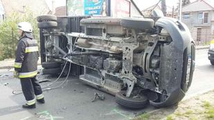 Egy oldalára borult kisteherautó blokkolja a forgalmat a XVII. kerületben