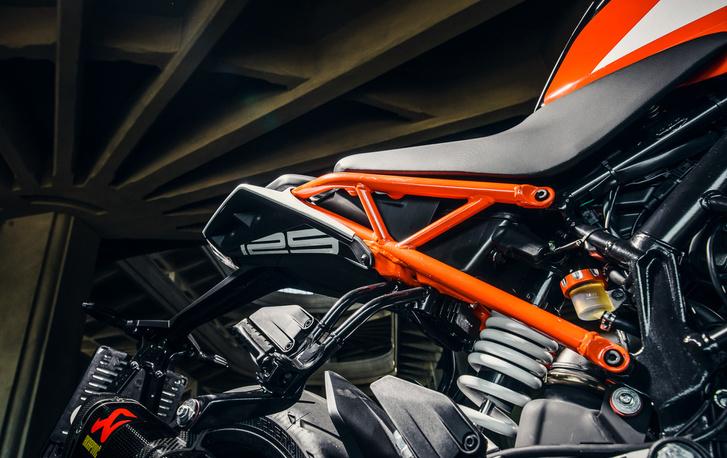 Az új segédváz egyben utaskapaszkodó is, illetve a motor mozgatásnál jó