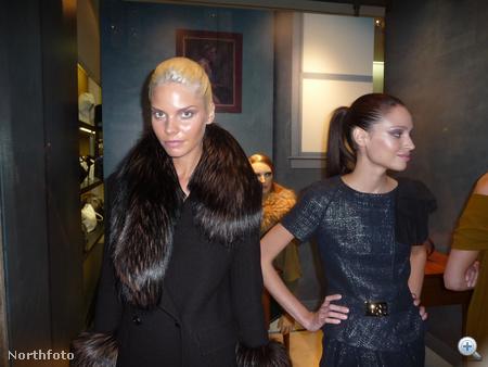 Modellek Milánóban, a Fendi üzlet bejáratánál