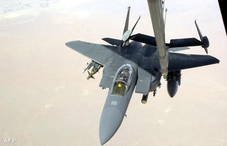 Az amerikai légierő egyik F-15 Eagle típusú gépe légi utántötlés közben