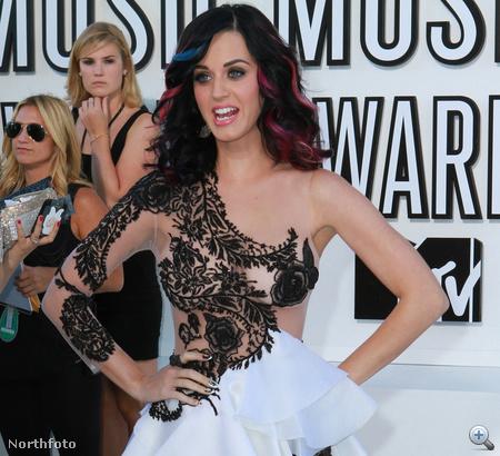 Neki is vannak színes csíkok a hajában, mint Lady Gagának