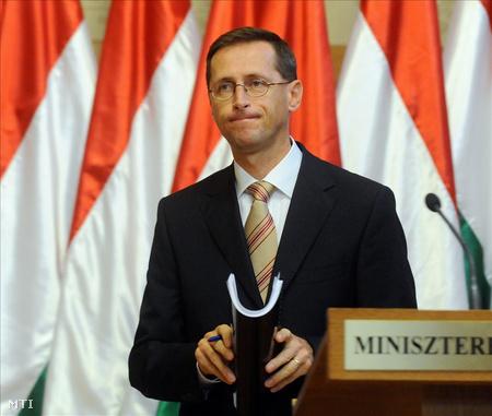 Varga Mihály a gazdasági tényfeltáró bizottság vezetője a sajtótájékoztatón (Fotó: Koszticsák Szilárd)