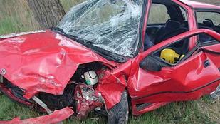 Csúnyán összetört mindkét autó a frontális ütközésben Bugyinál