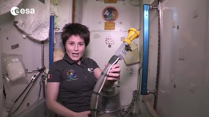 AZ ESA űrhajósa bemutat egy űrállomáson használt wc-készüléket.