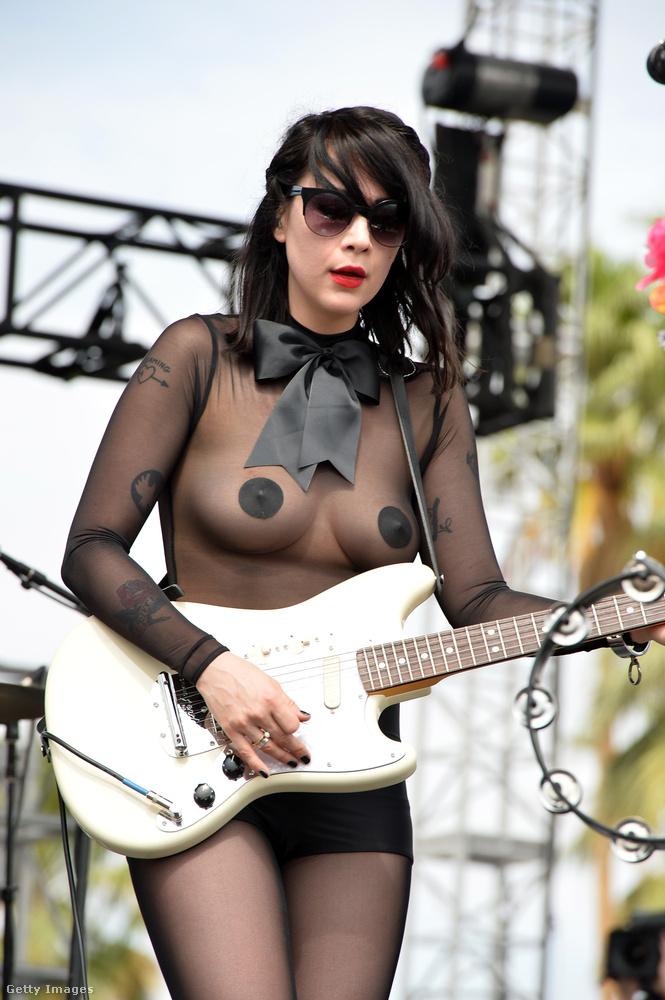 Persze a fellépők sem mellékesek.(A képen a Dum Dum nevű zenekar gitárosa, Dee Dee látható.)