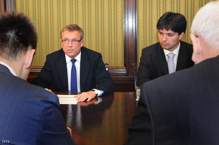 Rogán Antal, Matolcsy György és Balog Ádám egy megbeszélésen (2012.)