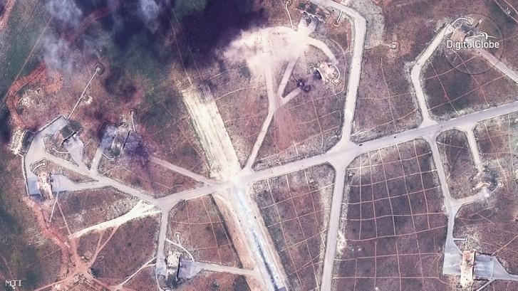 A szíriai Homsz tartományban lévõ sajráti légi támaszpontról az elõzõ nap végrehajtott amerikai légicsapás után.