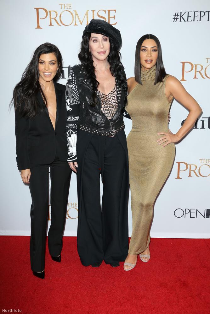 Sőt, a Kardashian család több fronton képviseltette magát, Kourtney Kardashian is megjelent.